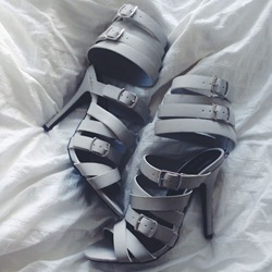 Shoespie Light Gray Strappy Buckles Sandals