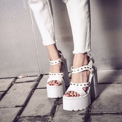 Shoespie Thick Platform Rivets Decorated Chunky Heel Sandals
