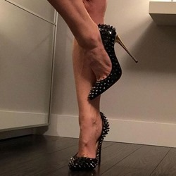 Shoespie Black Rivet Pointed Toe Stiletto Heels