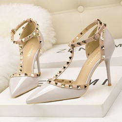 Shoespie Stylish Heel Covering Pointed Toe Buckle Rivet Sandals